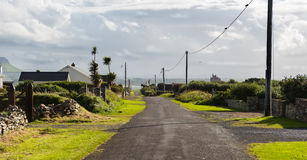 Camino de salida de un pueblo en Irlanda Imagen de archivo