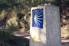 Camino de Santiago milstolpe med den suddiga banan royaltyfri fotografi