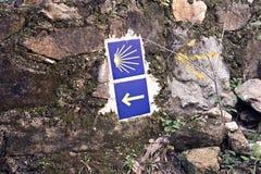 Camino de Santiago tegelplattor på stenväggen Väg av St James tecken royaltyfria foton