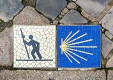 Camino de Santiago undertecknar in Chartres, Frankrike royaltyfria bilder