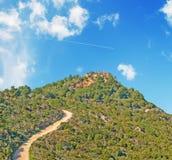 Camino de tierra abajo de la colina Fotos de archivo