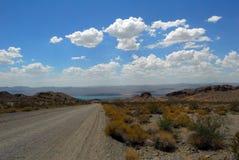 Camino de tierra al lago imagen de archivo libre de regalías