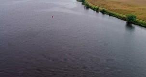 Camino de tierra cerca de la opinión aérea del río Volga del quadcopter del vuelo sobre bosque almacen de video
