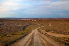 Camino de tierra del desierto al barranco de la mina de carbón Imagenes de archivo