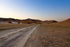 Camino de tierra en la pradera Fotos de archivo libres de regalías
