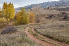 Camino de tierra en las colinas de Colorado imagenes de archivo