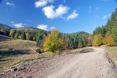 Camino de tierra en montañas Imágenes de archivo libres de regalías