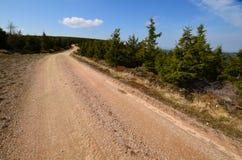 Camino de tierra en montañas Foto de archivo libre de regalías