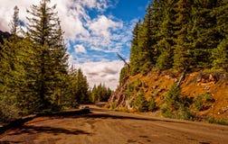 Camino de tierra en montañas fotografía de archivo libre de regalías