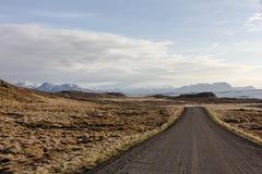 Camino de tierra a la parte del este de Islandia que viene del norte Fotos de archivo libres de regalías