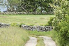 Camino de tierra a lo largo de la pared de piedra Fotos de archivo libres de regalías