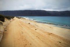 Camino de tierra a lo largo del mar Imágenes de archivo libres de regalías