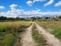 Camino de tierra por una pradera en Colorado rural Fotografía de archivo libre de regalías