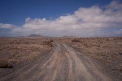 Camino de tierra vacío en el desierto fotos de archivo libres de regalías