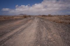 Camino de tierra vacío en el desierto Imagenes de archivo