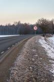 Camino de torneado con la muestra del límite de velocidad Imagen de archivo libre de regalías