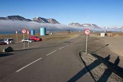 Camino del aeropuerto en Longyearbyen (Svalbard) Fotos de archivo