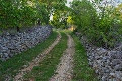 Camino del campo con las cercas de piedra en ambos lados fotos de archivo libres de regalías