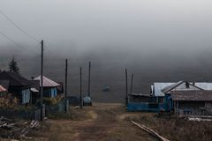 Camino del campo con niebla por la mañana imágenes de archivo libres de regalías