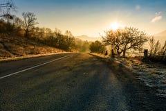 Camino del campo en última niebla del otoño en la salida del sol Imagen de archivo libre de regalías
