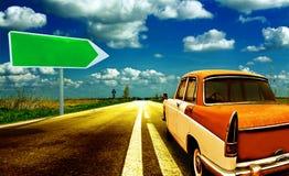Camino del coche con la señal de tráfico Fotos de archivo