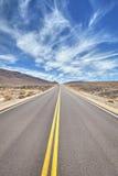 Camino del desierto en Death Valley, concepto del viaje Imagenes de archivo