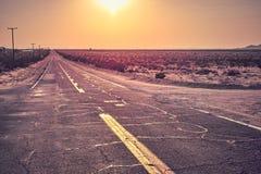 Camino del desierto en la puesta del sol imagen de archivo