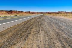 Camino del desierto hacia el valle del monumento Fotos de archivo libres de regalías