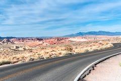 Camino del desierto a través del valle del fuego - Nevada State Park foto de archivo libre de regalías