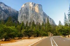Camino del EL Capitan a través del parque nacional los E.E.U.U. de Yosemite foto de archivo libre de regalías