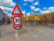 Camino del embotellamiento que estrecha la muestra del límite de velocidad Imagenes de archivo