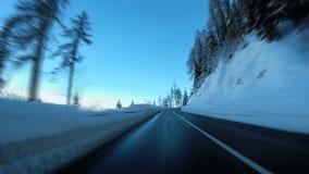 Camino del invierno de la nieve que conduce velocidad móvil de la precipitación del movimiento del coche almacen de video
