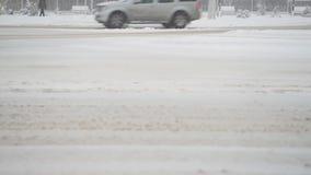 Camino del invierno en ciudad Los coches montan paseos a través de cruce nevoso metrajes