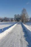 Camino del invierno en el campo Imágenes de archivo libres de regalías