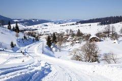 Camino del invierno en la aldea Fotografía de archivo libre de regalías