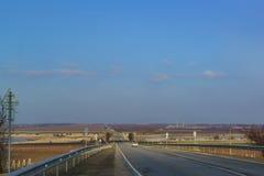 Camino del invierno en la distancia sobre las colinas de la península de Taman Imagenes de archivo