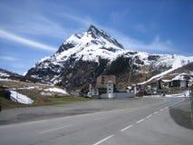 Camino del invierno, montañas Fotos de archivo