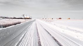 Camino del invierno Nieve e hielo Foto en tonos grises imagenes de archivo