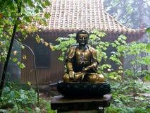 Camino del jardín con tema asiático y Budda Fotografía de archivo