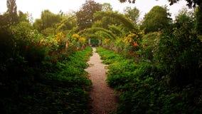 Camino del jardín de Monet en Giverny, Francia Imagenes de archivo