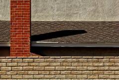 Camino del mattone con il tetto ed il muro di mattoni Immagine Stock