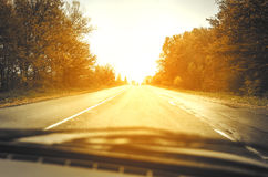 Camino del otoño en la puesta del sol imagenes de archivo