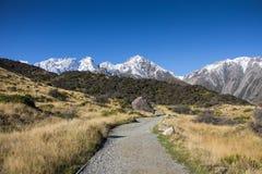 Camino del panorama a nevar montaña en invierno Imagen de archivo libre de regalías