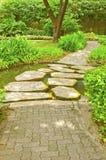 Camino del piso en jardín Imágenes de archivo libres de regalías