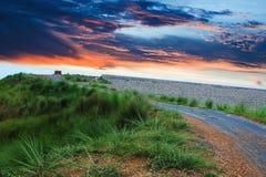Camino del prado con el cielo colorido foto de archivo