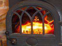 Camino del primo piano con l'interno del fuoco heating immagini stock