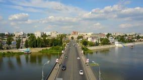 Camino del puente con tráfico de automóvil metrajes
