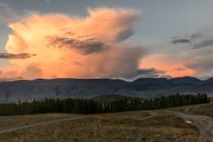 Camino del rosa de la puesta del sol de las nubes de las montañas Foto de archivo