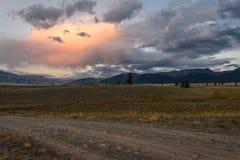 Camino del rosa de la puesta del sol de las nubes de las montañas Imagenes de archivo
