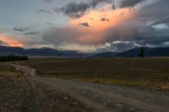 Camino del rosa de la puesta del sol de las nubes de las montañas Fotografía de archivo